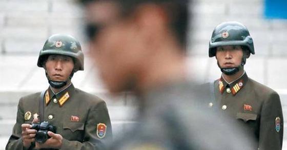 마이크 펜스 미국 부통령이 판문점을 방문한 지난달 17일 북한 병사들이 남쪽을 유심히 관찰하고 있다. [AP=뉴시스]