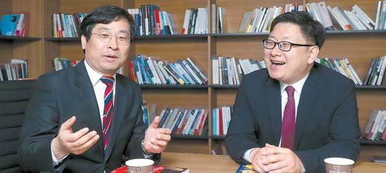 박원갑 국민은행 수석위원(왼쪽)과 홍춘욱 키움증권 투자전략팀장은 저금리 시대에는 젊을 때 모은 자산으로 노후를 보내는 방식은 더 이상 통하지 않는다고 말했다. 또 수익형 부동산과 달러 자산으로 꾸준한 현금흐름을 만들어내는 대안을 제시했다. 강정현 기자