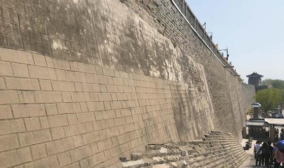4 만리장성이 시작하는 관문 중 하나인 '산해관'의 담. 수백 년 세월이 흐르는 동안 다양한 재료로 개축한 흔적이 고스란히 드러나 있다.