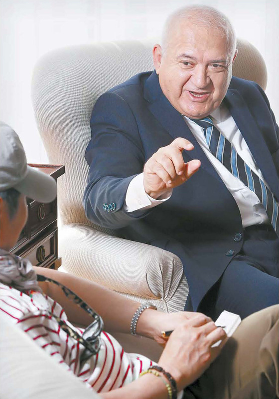 아르슬란 하칸 옥찰 주한 터키대사가 한·터키 수교 60주년을 맞아 터키대사관저에서 김동률 교수와 인터뷰하고 있다. 김경록 기자