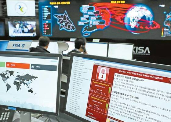 지난 15일 서울 송파구 한국인터넷진흥원에서 관계자들이 랜섬웨어 전파상황을 점검하고 있다. [중앙포토]