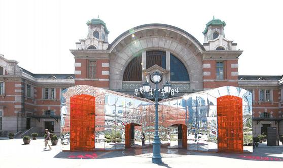 전시장 입구에 설치된 건축가그룹 다이아거날 써츠의 '문, 펼쳐진 시공간'. 사진 스튜디오 밀리언로지즈