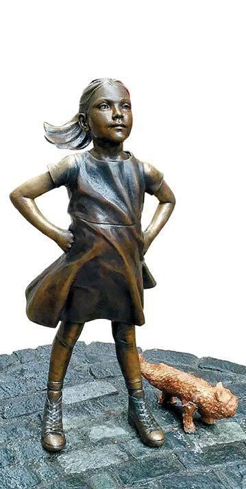 지난 3월 세계여성의 날을 기념해 뉴욕 월스트리트 황소 조각상 앞에 세워진 '용감한 소녀'상. 작가끼리 저작권 침해 논란이 발생한 가운데 조각가 앨릭스 가데가 소녀에게 오줌싸는 강아지 상을 설치했다가 여성단체로부터 비난을 받고 작품을 철거했다.