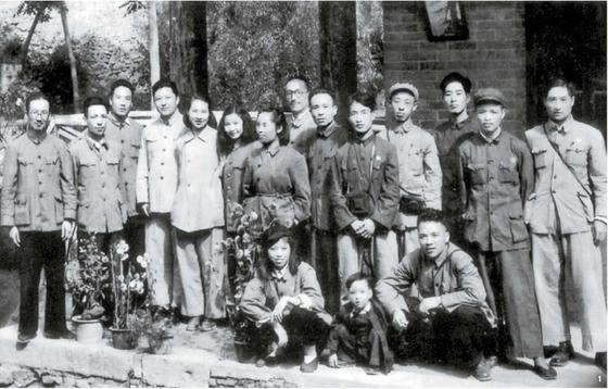 1 서북국 서기 시절, 위문단 일행을 맞이한 시중쉰(왼쪽 넷째). 1951년 봄, 산시성(陝西省) 시안(西安).