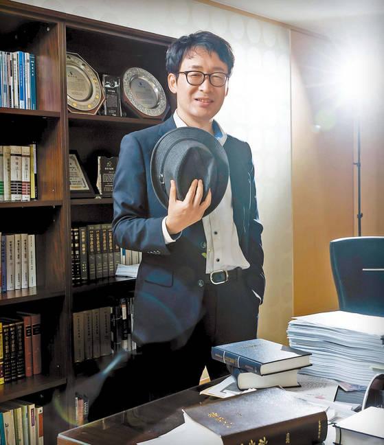 지난 2월, 20년간의 판사 생활을 마친 도진기 변호사. 소설에 나오는 세 명의 주인공인 고진 변호사, 김진구 탐정, 이탁오 박사는 모두 도 변호사의 일부다. 우상조 기자