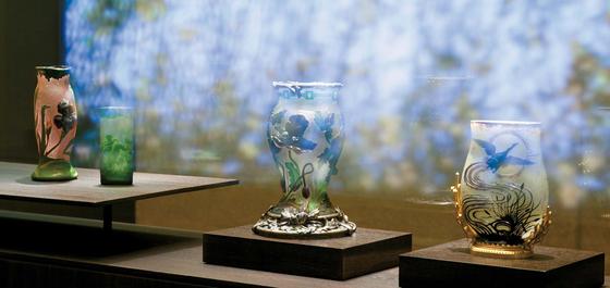 '아르누보 미술의 탄생'코너에 있는 작품들. 오른쪽부터 에스칼리에 수정공예사의 '오리와 아이리스 무늬 화병'(1880), 외젠 미셸의 '양귀비 무늬 화병'(1904), 외젠 미셸의 '바다의 신 트리톤 무늬 화병'(1904), 외젠 미셸의 '인어와 아이리스 무늬 화병'(1904)