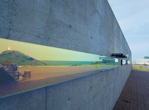 새로 개관하며 미술관 입구에 설치한 '샤이닝 글라스'. 반대 방향이 거울처럼 비쳐진다.
