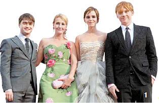 1 2011년 개봉한 영화 '해리 포터와 죽음의 성물 2부' 행사장에 선 배우들과 작가. 왼쪽부터 다니엘 래드클리프, 조앤 롤링, 엠마 왓슨, 루퍼트 그린트.