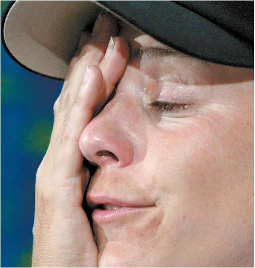 2003년 남자 대회(PGA 투어 콜로니얼)에 참가한 '골프 여제' 안니카 소렌스탐이 땀을 닦고 있다. 소렌스탐은 비교적 코스가 짧은 대회를 선택했으나 4타 차로 컷탈락했다. [중앙포토]