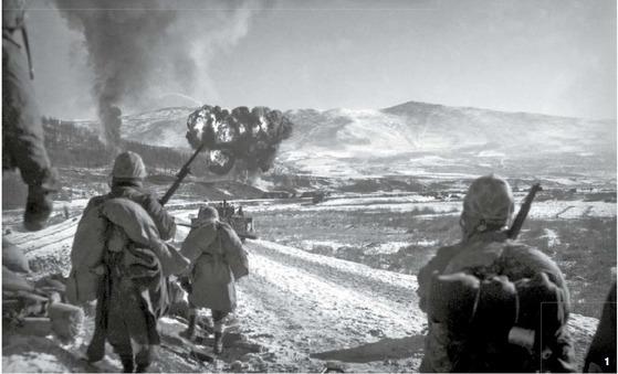 1 중공군은 1950년 10월 말 대공세를 펼쳐 국군과 연합군의 북진을 막았다. 함경남도 장진호로 진출했던 미 해병사단이 철수하고 있다.