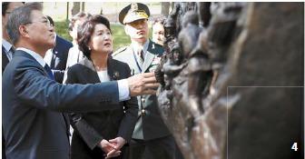 4 문재인 대통령이 지난달 28일 오후(현지시간) 방미 첫 일정으로 버지니아주 콴티코 미 해병대 국립박물관에 있는 '장진호 전투 기념비'를 찾아 설명을 듣고 있다. 김성룡 기자