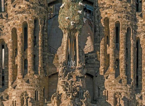 성가정 성당의 탄생입면. 가톨릭 교리를 조각에 담아낸 성가정 성당은 '돌에 새긴 성경'이라고도 불린다. 조각과 건축이 하나로 어우러진 작품이다.