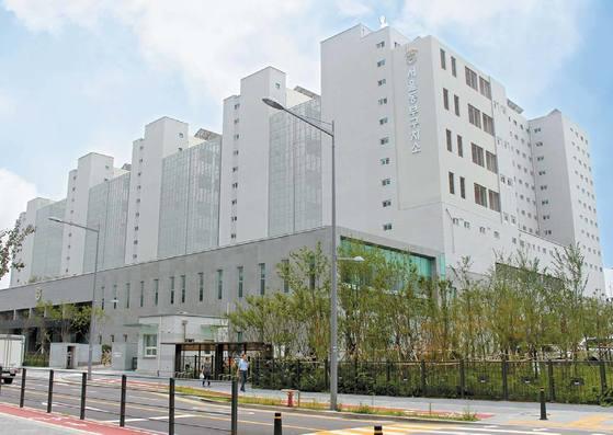 서울동부구치소는 지상 12층 규모 고층빌딩 형태의 교정시설이다. 높은 벽 대신 개방형 울타리로 주변을 둘러싸고 있다. [사진 교정본부]