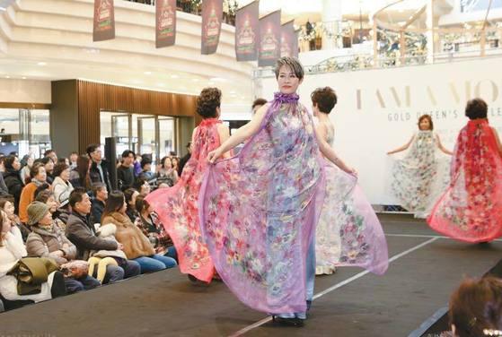 2016년 12월 AK 플라자 분당점에서 열린 패션쇼 무대에 오른 시니어 모델들.