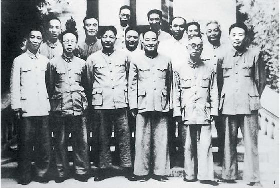 1 서북 군정위원회 시절의 시중쉰(앞줄 왼쪽 셋째)과 자오보핑(앞줄 왼쪽 넷째). 1954년 봄 산시(陝西)성 시안(西安).