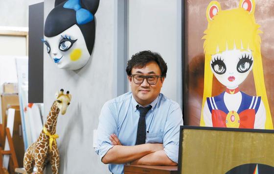 아티스트 마리킴의 작업실에서 만난 주기윤 대표. 마리킴은 주 대표가 만든 아티스트 기획사 '아트피버'에서 발굴·육성한 아티스트다.