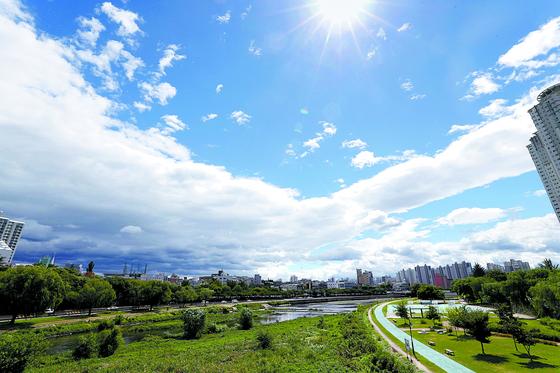 24일 제19호 태풍 '솔릭'의 영향권에서 벗어난 대구 시내 하늘. 구름이 걷히고 모처럼 맑은 모습이다. [연합뉴스]