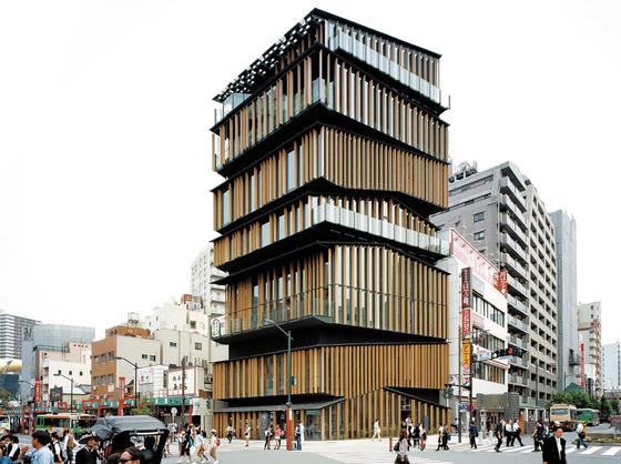 2012년 도쿄에 건립된 아사쿠사 문화관광센터. 에도 문화를 현대에 전하는 시설의 컨셉트에 걸맞게 옛 목조 단층 건물을 층층이 포개 7층까지 쌓는 방식으로 디자인했다. ⓒ야마기시 다케시(山岸剛). 안그라픽스 제공