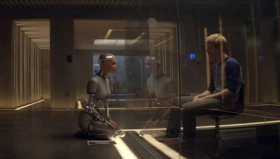 SF 영화 '엑스 마키나'의 한 장면. 인공지능 로봇에게 자유의지가 있는지를 둘러싼 혼란을 그린 작품이다. [사진 UPI 코리아]