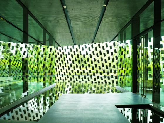 중국 쓰촨 성 청두시에 있는 신진지(新津知) 예술관. 건축가 구마 겐고는 현지에서 구운 토속 기와를 스테인리스 와이어에 매달아 건물 외관을 완성했다. ⓒ고노 다이치(阿野太一). 안그라픽스 제공