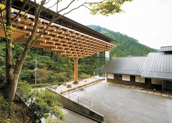 일본 고치현에 자리 잡은 유스하라 우든브리지 뮤지엄. 인근 삼나무 숲에서 채취한 삼나무와 철을 결합해 만든 다리 모양으로 디자인했다. 작은 부재들을 일본의 전통 건축 기법으로 쌓아 만들었다. ⓒ오타 다쿠미(太田拓実) . 안그라픽스 제공