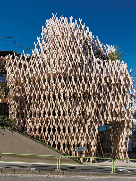 6㎝ 두께의 나무 막대를 일본 전통 결구 방식으로 짜맞추어 대바구니 같은 구조의 집을 만들었다. 2013년 완공돼 도쿄 아오야마 주택가에서 파인애플 케이크 가게로 쓰고 있다. ⓒ 고노 다이치(阿野太一). 안그라픽스 제공
