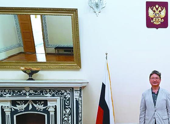 회의실의 벽난로와 샹들리에 모양은 75년 전 그대로다. 러시아의 쌍두 독수리 문양이 벽에 붙어 있다. 옆은 박보균 대기자.