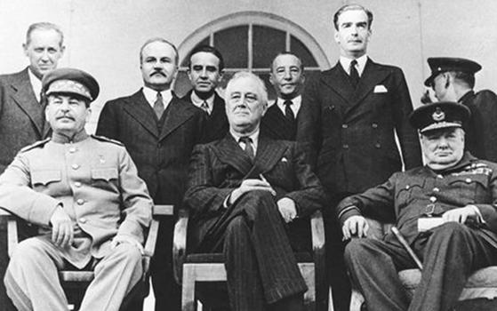 연합국 정상 세 사람(big three)이 건물 밖 로비에서 사진을 찍었다. (왼쪽부터) 스탈린·루스벨트·처칠. 뒷줄 왼쪽부터 홉킨스(미국 대통령 보좌관), 몰로토프(소련 외상), 이든(영국 외무장관). [중앙포토]