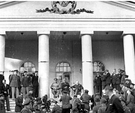 기념촬영 모습. 건물 위 삼각형 페디먼트(소련 문양 새김)는 1990년대 소련 붕괴 후 철거됐다. 아치형 창문과 둥근 기둥은 각진 형태로 바꿨다. [중앙포토]
