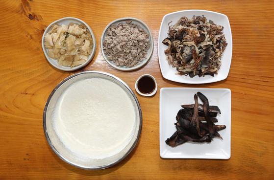 버섯과 콩을 갈아 함께 끓이는 음식 재료들. 오른쪽 아래가 능이다. 신인섭 기자