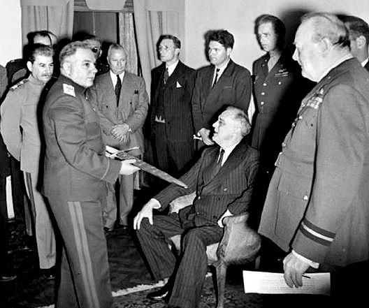 소련군 원수 보로실로프가 보검을 루스벨트(앉은 사람)에게 보여주고 있다. 스탈린(왼쪽)과 처칠(오른쪽)이 지켜보고 있다. [중앙포토]