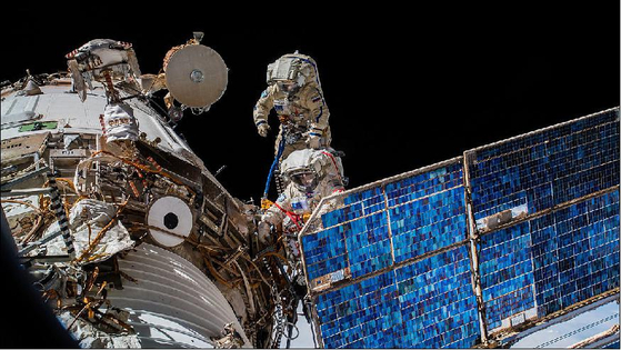 지난달 15일 국제우주정거장에서 이카루스 안테나를 설치 중인 러시아 우주인들. [사진 러시아연방우주국]
