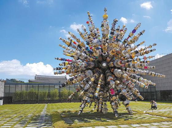 국립현대미술관 서울관 마당에 설치된 최정화의 '민들레'