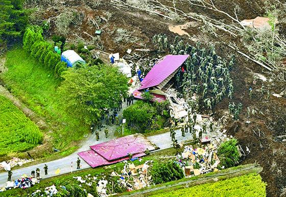 7일 일본 홋카이도 아쓰마에서 자위대원들이 산사태로 매몰된 주택에서 생존자를 수색하고 있다. 이번 지진으로 홋카이도에서는 40여 명의 사망·실종자가 발생했다. [홋카이도 로이터=연합뉴스]