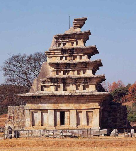 해체공사 직전의 미륵사지 석탑. 그 아래는 2009년 석탑 내부에서 출토된 유물들. 현재 보물 제1991호로 지정됐다. [사진 문화재청]