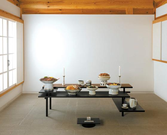 아름지기가 제안하는 현대식 제사상. 제기 그릇의 크기를 키우는 대신 그릇 수를 줄이고, 음식을 종류별로 함께 올려 간결하면서도 격식과 품위를 유지했다.