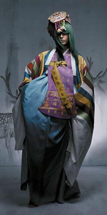 2006년부터 선보인 새로운 방식의 한복 화보. 염색 머리에 족두리를 씌우는 등 파격적 스타일링으로 서영희식 색깔을 확실히 보여줬다. 보그코리아