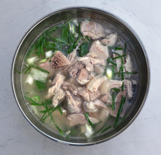 토종 흑돼지로 끓인 돼지국밥. 국물이 진득하니 입에 착착 붙었다. 김경빈 기자