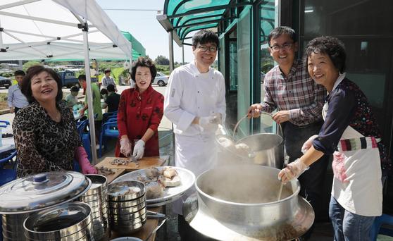 박찬일 셰프가 원천마을 주민과 함께 재래돼지로 돼지국밥을 끓이고 수육을 삶았다. 김경빈 기자