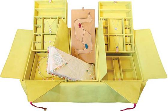 함 트렁크 내부 구성. 싸개 봉투 형식의 트레이로 제작했다. 가운데엔 부부가 간직하는 혼서지와 기러기 조각을, 양쪽엔 예물을 담을 작은 트레이를 배치했다.