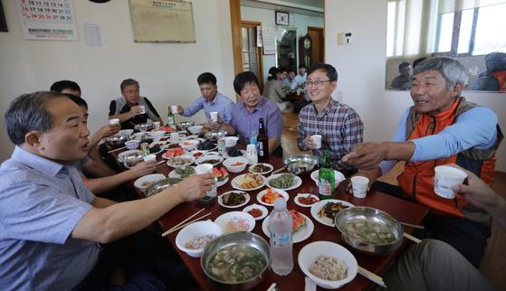 충남 홍성 성우농장 이도헌 대표(오른쪽에서 두 번째)가 마을에 재래돼지를 기증해 특별한 마을잔치가 열렸다. 김경빈 기자