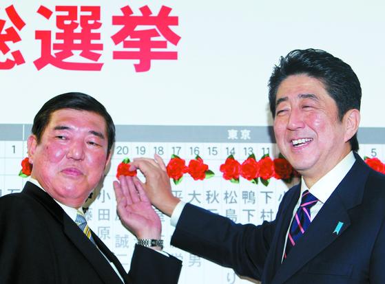 일본의 대표적 '금수저' 세습의원인 아베 신조 총리(오른쪽)와 이시바 시게루 전 자민당 간사장. 둘은 20일 자민당 총재 선거에서 맞붙는다. [AP=연합뉴스]