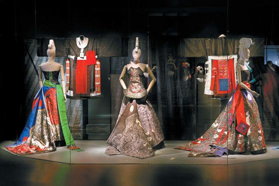 2015년 파리장식미술관에서 열린 한불수교 130주년 기념전 '코리아 나우'. 서영희 디렉터가 전시 큐레이터로 참여했다.