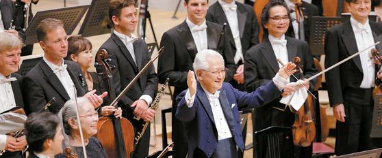 2018 세이지 오자와 마츠모토 페스티벌에서 오자와를 대신해 14년 만에 사이토 키넨 오케스트라를 지휘한 77세의 노장 아키야마 가즈요시(가운데)