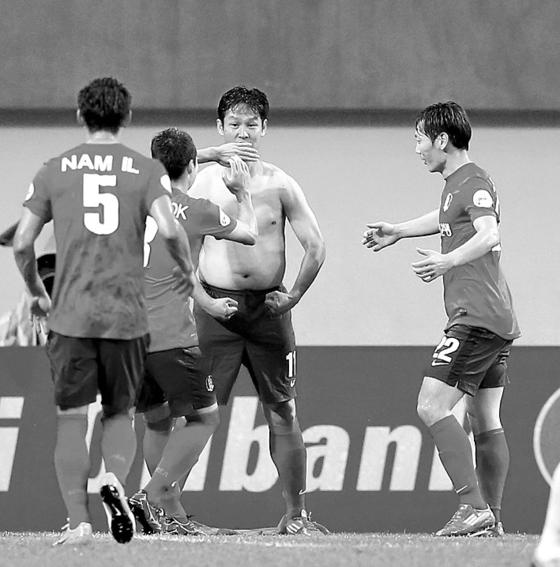 2002 월드컵대표팀 초청 '하나은행 K리그 올스타전 2012'에서 최용수가 골을 넣은 후 웃옷을 벗는 세리머니를 하고 있다. [중앙포토]