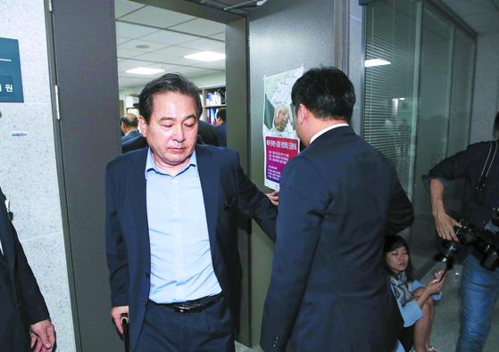 검찰이 21일 서울 여의도 국회 의원회관 7층에 있는 자유한국당 심재철 의원(왼쪽) 사무실을 압수수색 했다. 심 의원이 사무실을 나서고 있다. [오종택 기자]