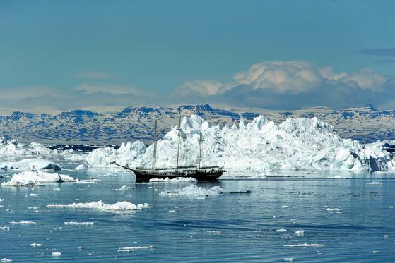 범선을 탄 관광객들이 그린란드 일루리사트 빙하와 주변 빙산을 둘러보고 있다. [중앙포토]