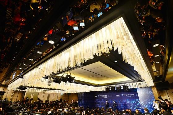서울 포시즌스호텔에서 인간 대 인공지능의 바둑 대결이 열렸다. 호텔 측은 인류 대표를 위해 규정을 깨고 흡연실을 마련했다. 사진은 마지막 대국 직후 열린 기자회견 모습. [중앙포토]