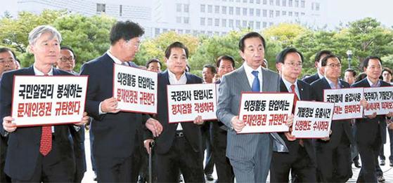 김성태 자유한국당 원내대표(왼쪽에서 넷째)를 비롯한 한국당 의원들이 28일 대검찰청에 들어서고 있다. 검찰이 21일 심재철(왼쪽에서 셋째) 의원실을 압수수색한 데 대한 항의방문이다. [뉴시스]