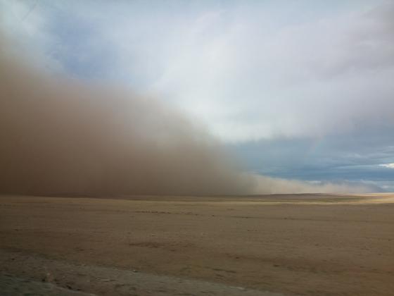 지난 7월 몽골 돈드고비아이막 만달고비시에 모래폭풍이 불어오는 모습. [사진 푸른아시아]